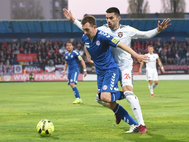 Na snímke vľavo hráč Senice Jakub Krč a hráč Trnavy Kire Markoski