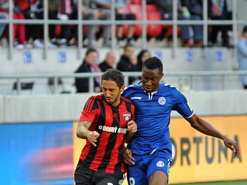 Joao Diogo Gomes De Freitas z FC Spartak Trnava a Sadam Sulley z FK Senica