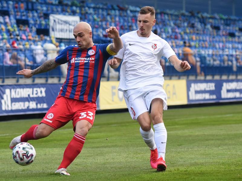 Na snímke zľava kapitán Senice Juraj Piroska a hráč Serede Denis Bušnja bojujú o loptu