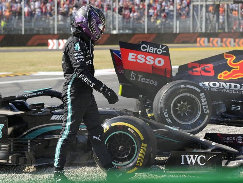 Lewis Hamilton a Max Verstappen vypadli po vzájomnej kolízii