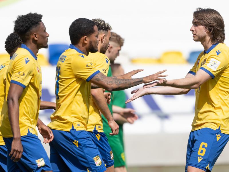Sprava futbalisti Andrija Balič a Erick Javier Davis (obaja Dunajská Streda) oslavujú gól