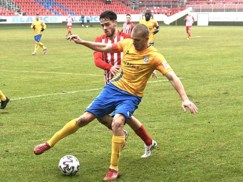 Martin Mečiar (Pohronie) a v pozadí vľavo Alex Iván (Sereď)