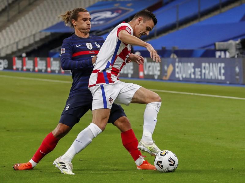 Antoine Griezmann (vľavo) z Francúzska a Filip Uremovič z Chorvátska