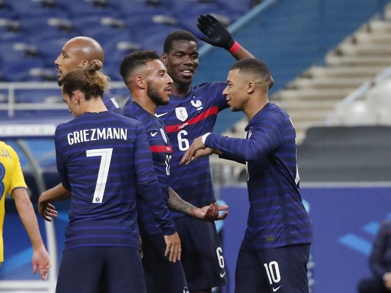 Hráči Francúzska oslavujú gól do siete Ukrajiny