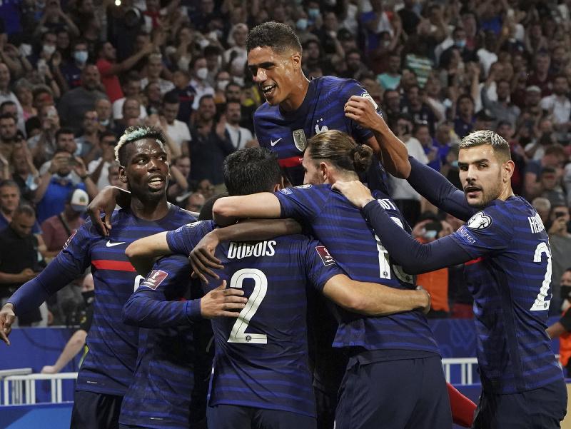 Francúzski futbalisti sa radujú z gólu