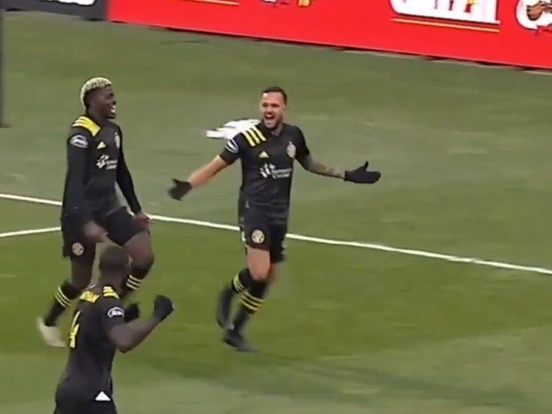 Futbalisti Columbusu Crew oslavujú gól