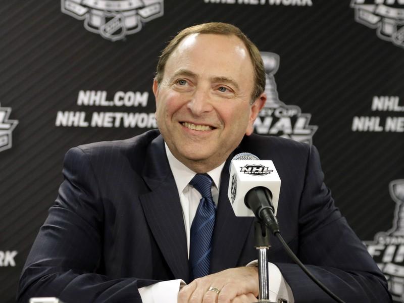 Vysmiaty komisár NHL Gary Bettman pred finále Stanley Cupu. Teraz ho čaká dohodnutie zmluvy o účasti hráčov na olympijských hrách v Soči.