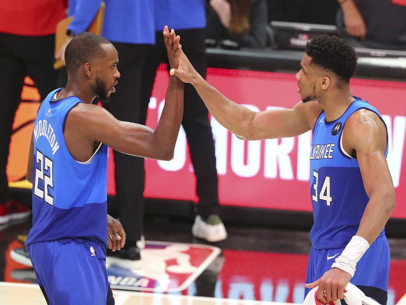 Basketbalisti Milwaukee Bucks Giannis Antetokounmpo (vpravo) a Khris Middleton sa tešia po výhre