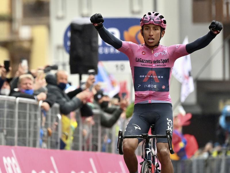 Egan Bernal z tímu Ineos-Grenadiers, vedúci muž  priebežného poradia, víťazí v 16. etape cyklistických pretekov Giro d'Italia