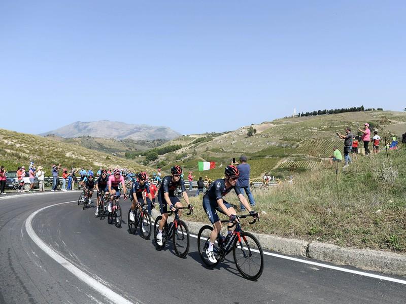 Cyklisti počas 2. etapy Giro d'Italia 2020