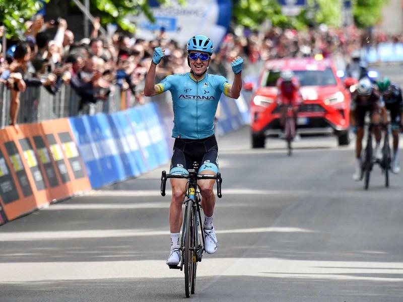 Španielsky cyklista Pello Bilbao sa raduje z víťazstva v 7. etape 102. ročníka cyklistických pretekov Giro d'Italia