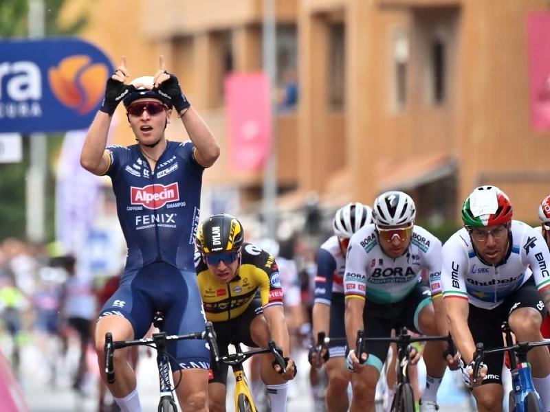 Tim Merlier finišuje prvý v druhej etape na Giro d'Italia