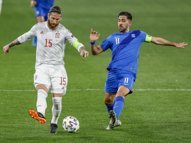 Španielsky futbalista Sergio Ramos (vľavo) a grécky futbalista Tasos Basaketas v súboji o loptu