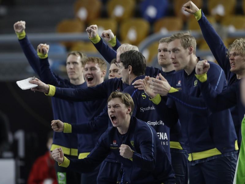 Švédski hádzanári sa tešia počas semifinálového zápasu majstrovstiev sveta