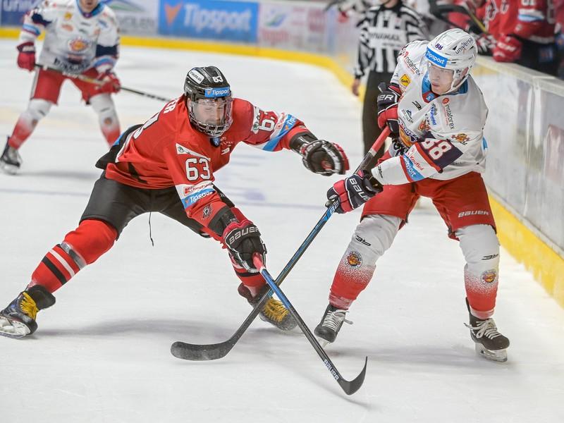 Na snímke zľava Patrik Lamper (Banská Bystrica) a Kyle Bonis (Zvolen)