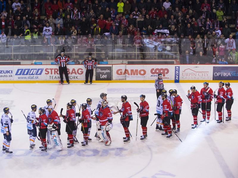 a snímke podanie rúk po sérii medzi Banskou Bystricou a Košicami po piatom zápase štvrťfinále playoff Tipsport Ligy v hokeji HC'05 iClinic Banská Bystrica  - HC Košice
