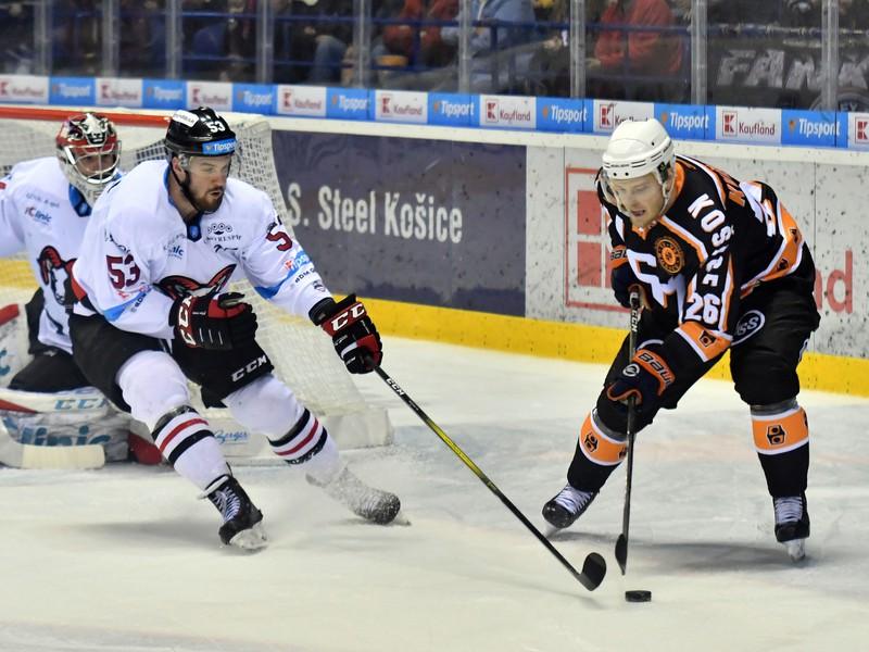 Na snímke vľavo hráč HC 05 iClinic Banská Bystrica Jacob Cardwell a vpravo hráč HC Košice David Květoň