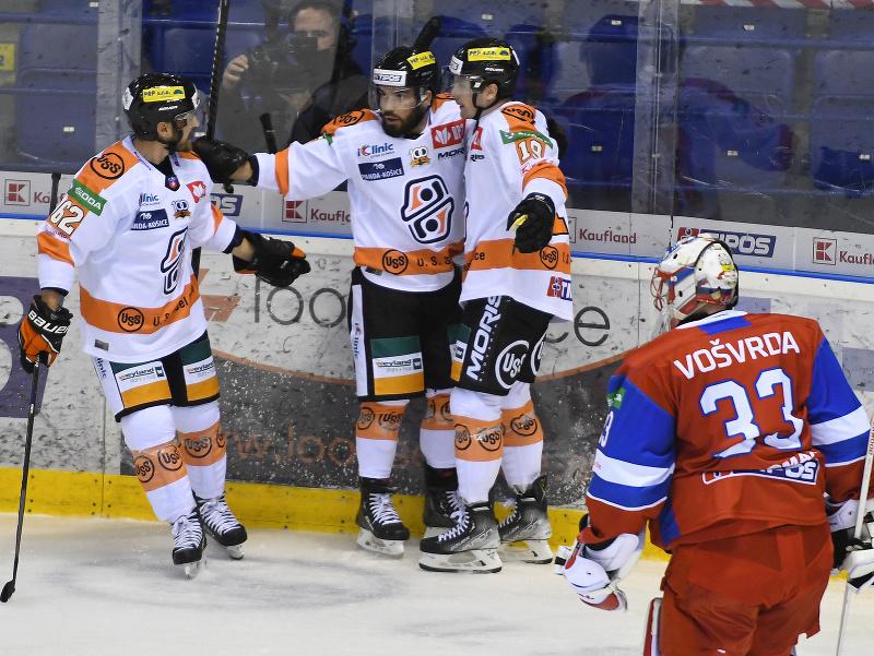 Hokejisti Košíc sa tešia po strelení gólu na 1:2, vpravo brankár Liptovského Mikuláša Tomáš Vošvrda