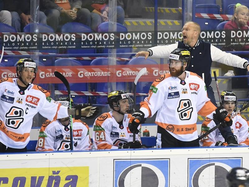 Lavička Košíc, vpravo v pozadí tréner Kalle Kaskinen