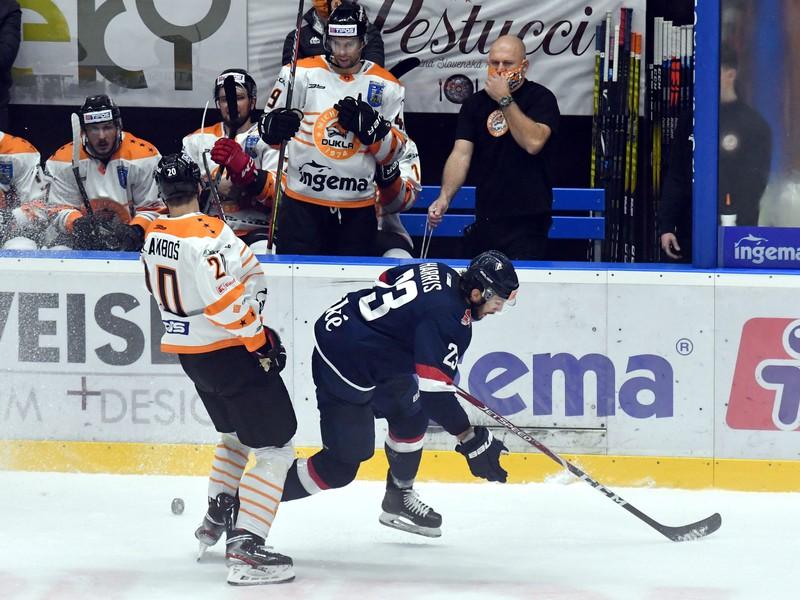 Na snímke vľavo hráč HC Dukla Ingema Michalovce Marek Galamboš, vpravo hráč HC Slovan Bratislava Brant Harris