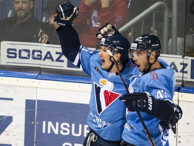 Na snímke hráči HC Slovan Bratislava vľavo Rudolf Červený a vpravo Mário Lunter oslavujú gól