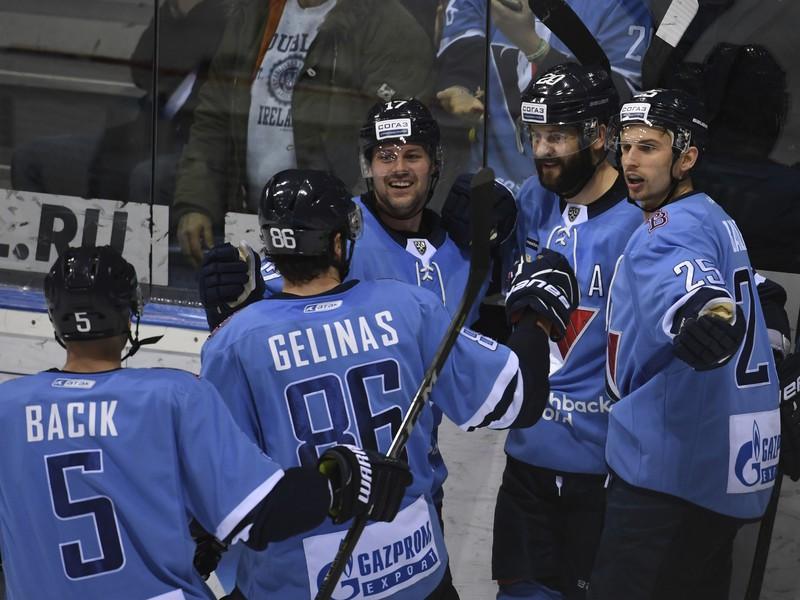 Na snímke gólová radosť hráčov Slovana