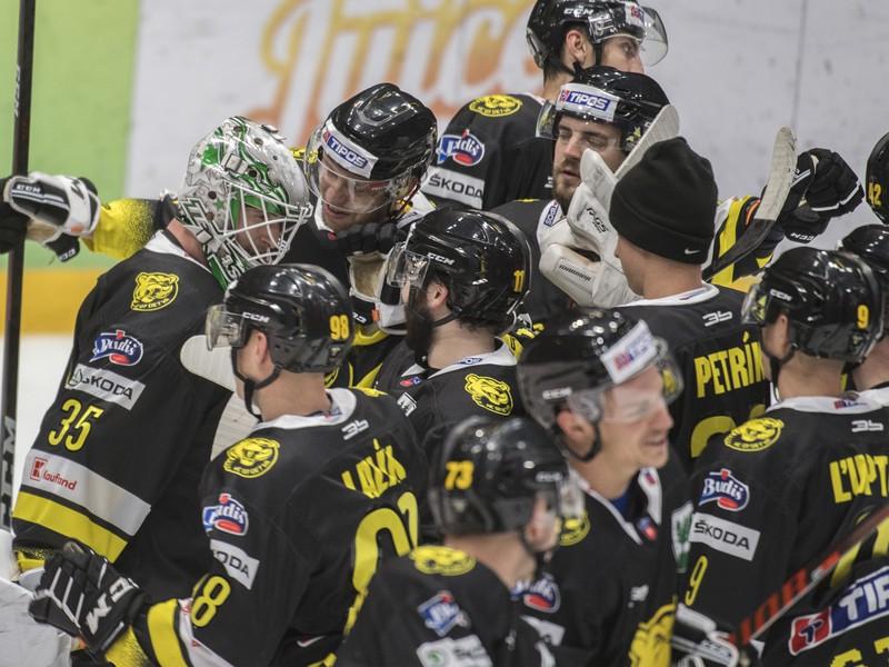 Hokejisti Detvy oslavujú víťazstvo v základnej časti Tipos extraligy