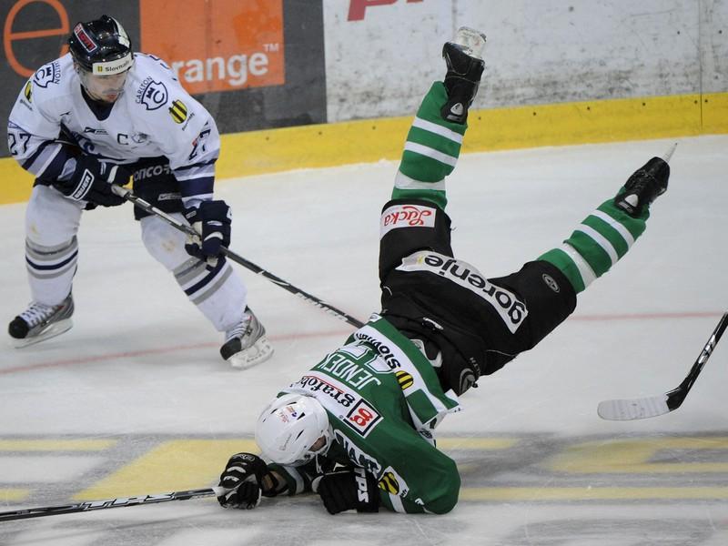 Ľubomír Vaic v play-off proti Skalici, prizerá sa na Rudolfa Jendeka v netradičnej hokejovej polohe