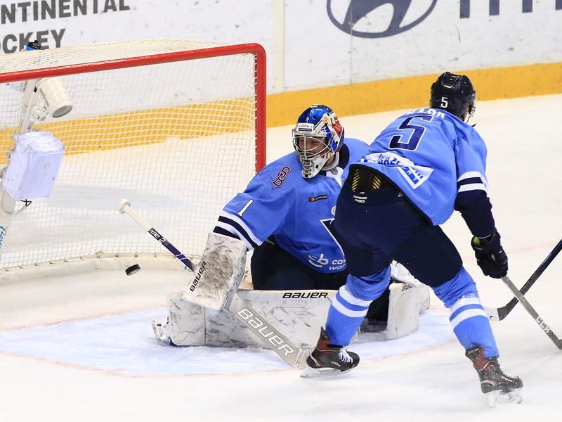 Na snímke gól v sieti Slovana, vľavo brankár Marek Čiliak a vpravo Patrik Bačík v zápase KHL HC Slovan Bratislava