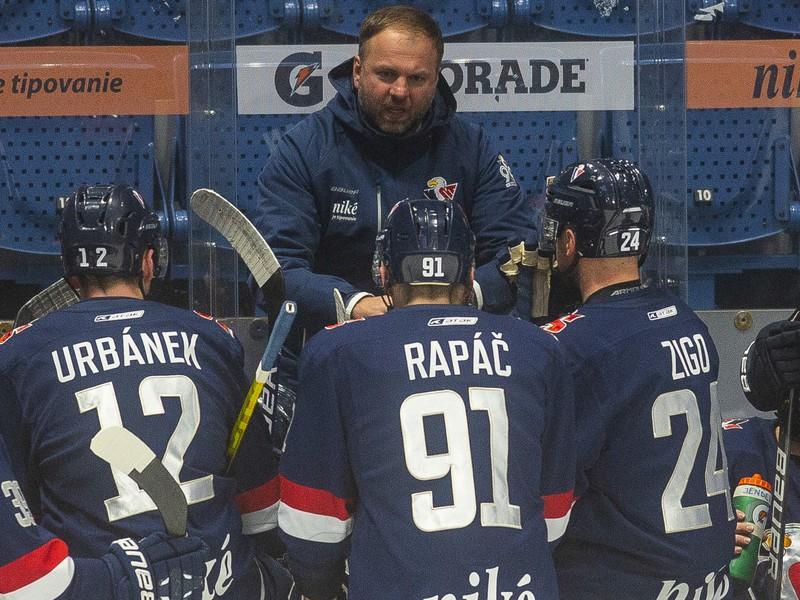 Na snímke hore uprostred tréner HC Slovan Bratislava Robert Döme