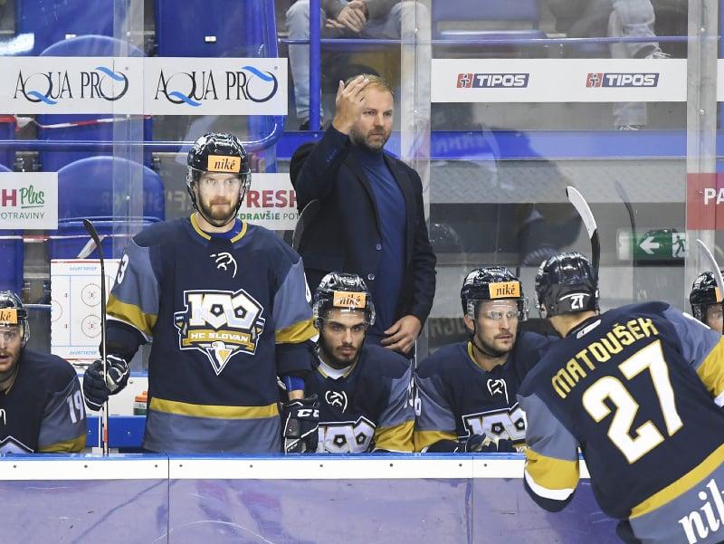Lavička HC Slovan Bratislava, uprostred tréner Róbert Döme