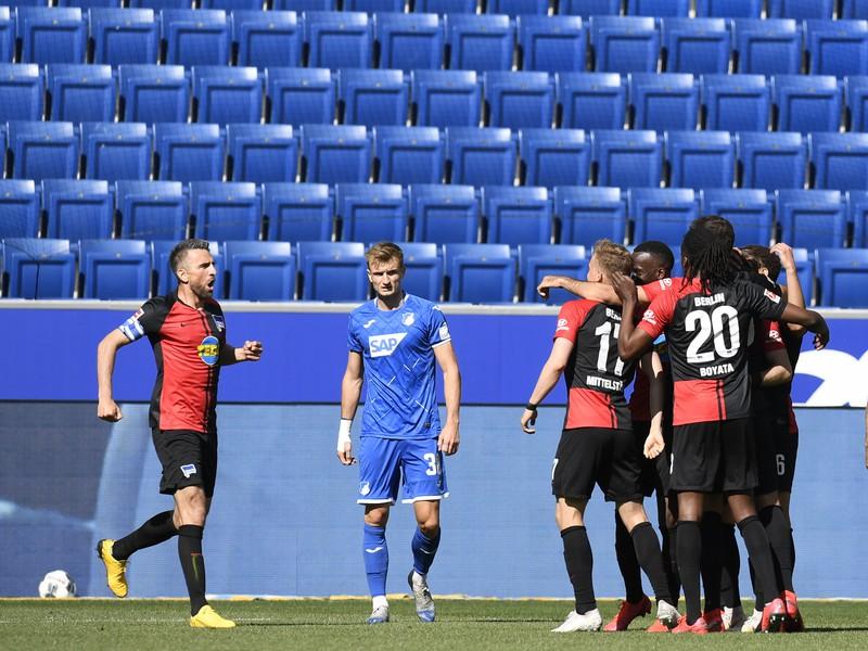 Hráči Herthy Berlín aj napriek zákazu oslavujú gól spoločne