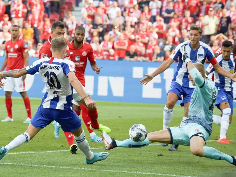 Hráč Herthy Ondrej Duda a brankár Robin Zentner z FSV Mainz