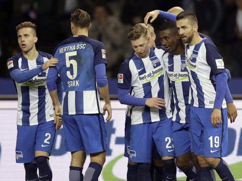 Salomon Kalou (v strede) so spoluhráčmi oslavuje svoj gól, Peter Pekarík (2)