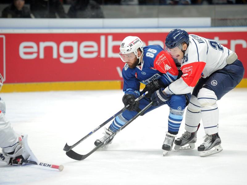 Marek Slovák z HK Nitra (uprostred) a David Kveton z HC Vítkovice (vpravo) v odvetnom zápase Ligy majstrov