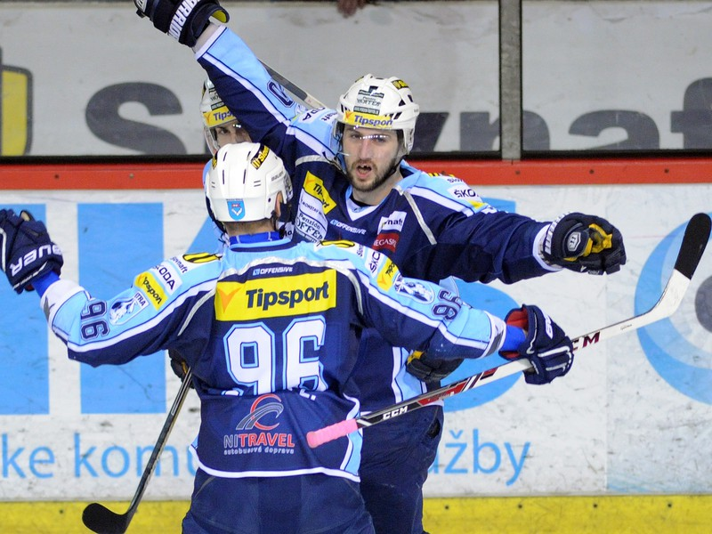 Roman Tománek (vľavo) a Lukáš Novák (hore) oslavujú gól hokejistov Nitry
