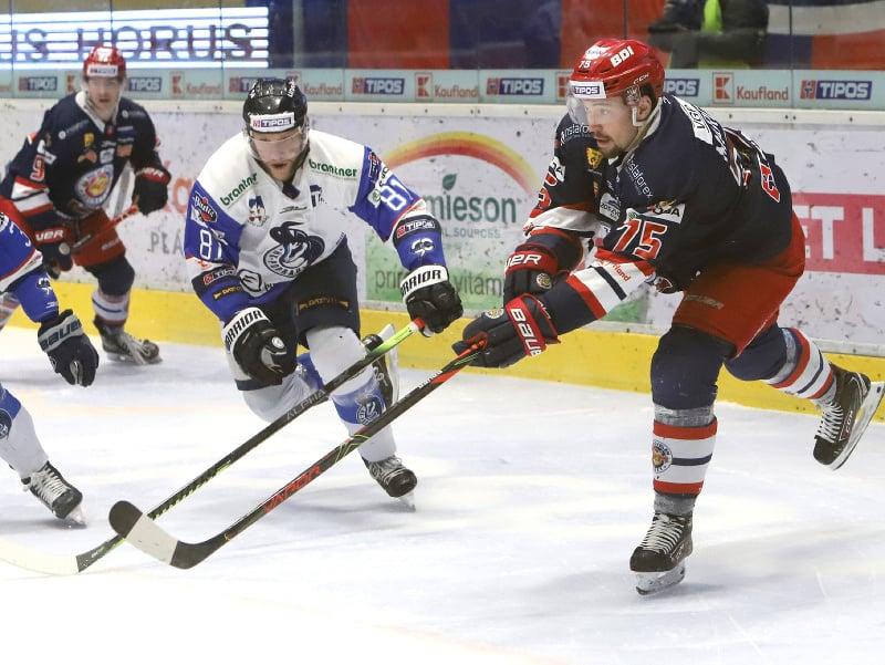 Na snímke zľava Lukáš Handlovský (Poprad) a Patrik Marcinek (Zvolen) v piatom zápase finále Kaufland Play off Tipos extraligy