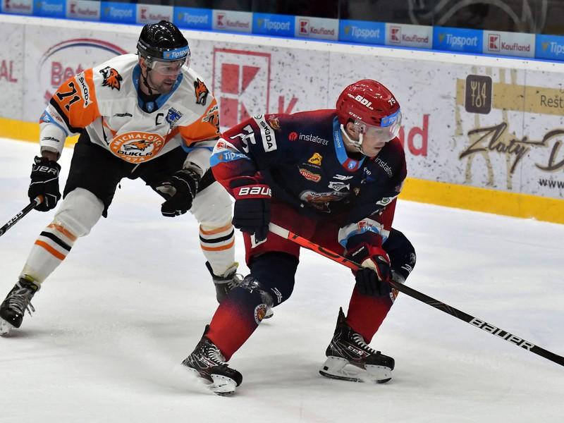 Na snímke vľavo hráč HK Dukla Ingema Michalovce Marek Kolba, vpravo hráč HKM Zvolen Patrik Marcinek