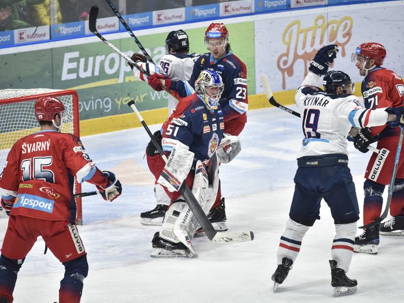 Ivan Švarný (HKM Zvolen), brankár Tomáš Tomek (HKM Zvolen) a teší sa z gólu Milan Kytnár (HC Slovan Bratislava)