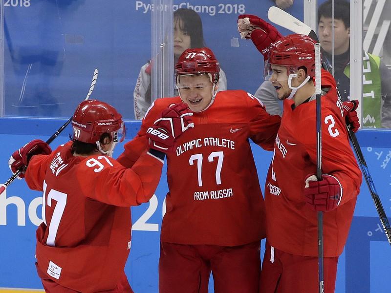 Olimpijskí športovci z Ruska oslavujú gól