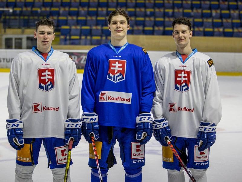 Zľava Šimon Nemec, Juraj Slafkovský a Samuel Kňažko počas tréningu slovenskej hokejovej reprezentácie