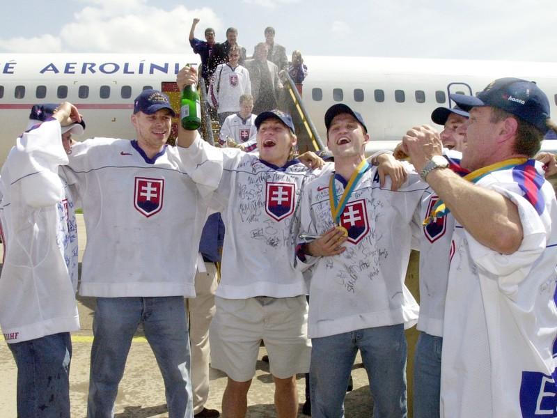 Radosť slovenských hokejistov zo zlatej medaily po prílete na Slovensko