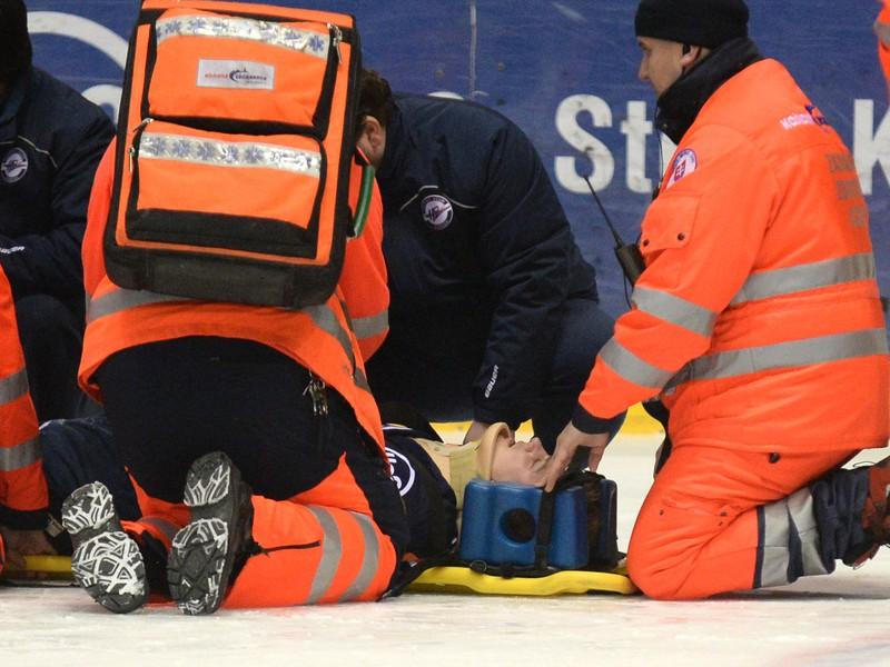 Záchranári odnášajú z ľadu zraneného hráča Košíc Tomáša Hričinu