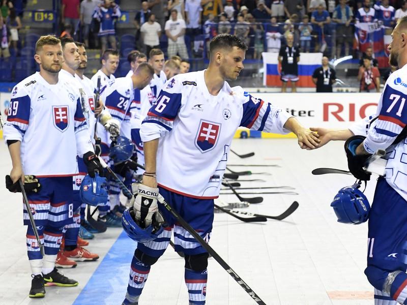 Na snímke hráči Slovenska po výhre v zápase Majstrovstiev sveta v hokejbale