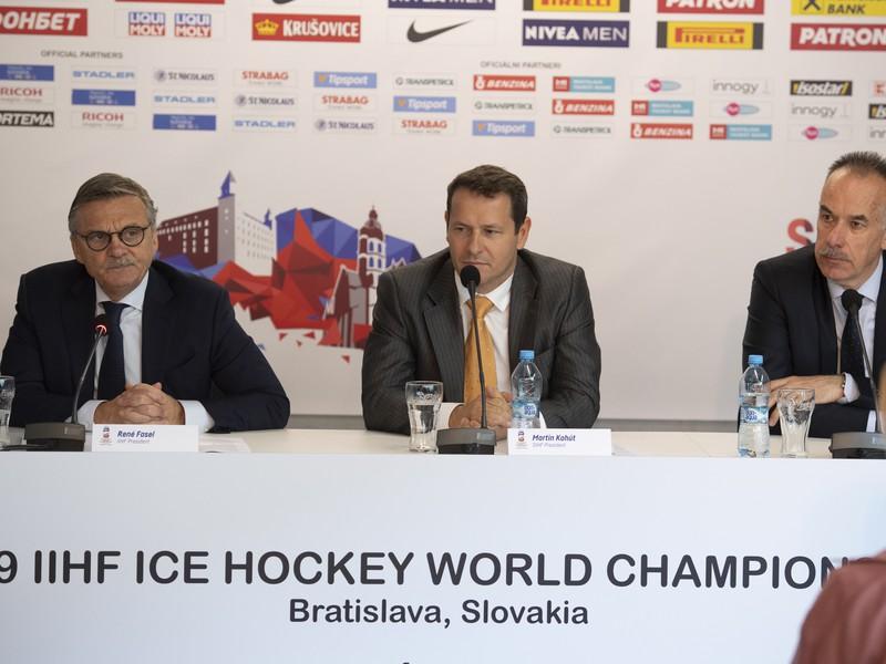Zľava prezident IIHF René Fasel, prezident Slovenského zväzu ľadového hokeja Martin Kohút a šéf Organizačného výboru MS Igor Nemeček