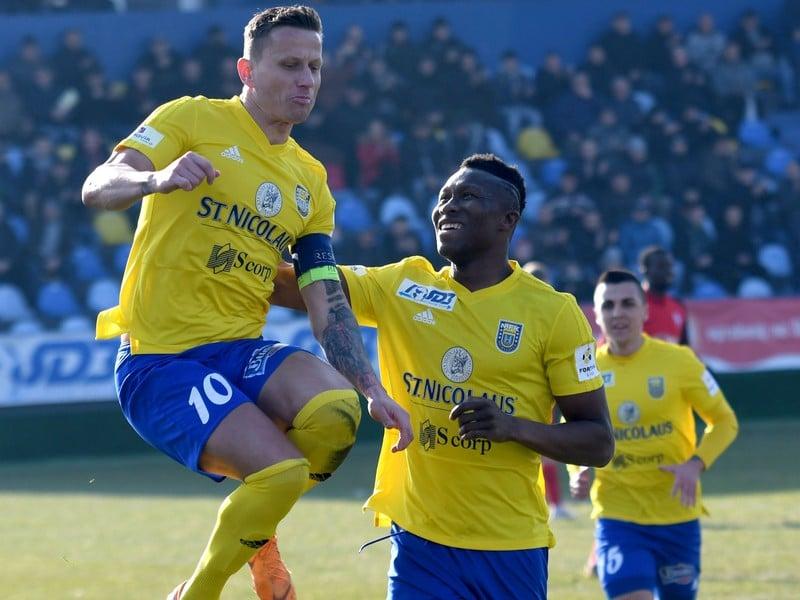 Igor Žofčák (vľavo) oslavuje gól