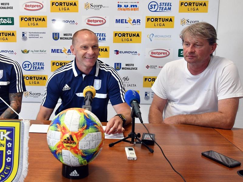 Zľava kapitán Žofčák, tréner Anton Šoltis a predseda predstavenstva Štefan Laurinčík