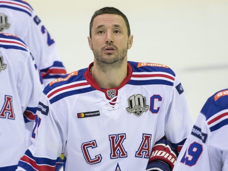 Iľja Kovaľčuk spieva hymnu pred zápasom