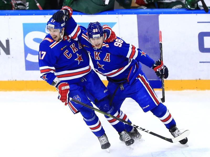 Hokejisti SKA Petrohrad oslavujú gól