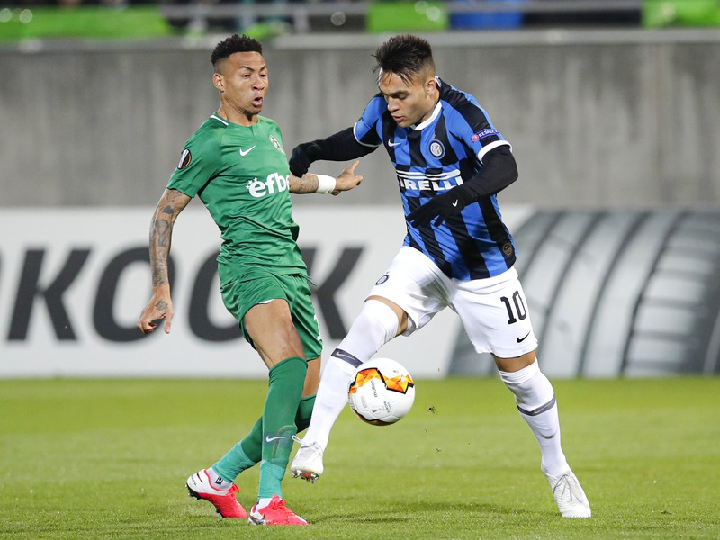 Na snímke je vpravo hráč Interu Lautaro Martinez, vľavo hráč Ludogorecu Wanderson